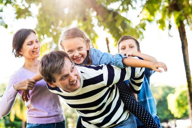 Familia divirtiéndose en el parque