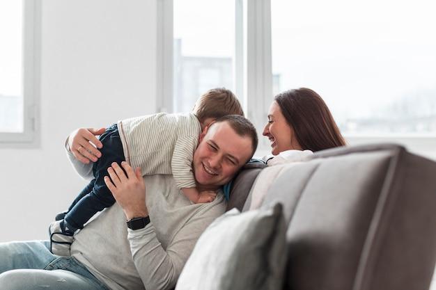 Familia divirtiéndose en el sofá