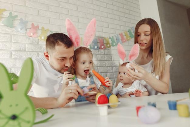 Familia con dos niños en una cocina preparándose para pascua