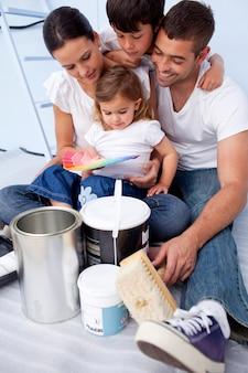 Familia eligiendo colores para pintar un dormitorio