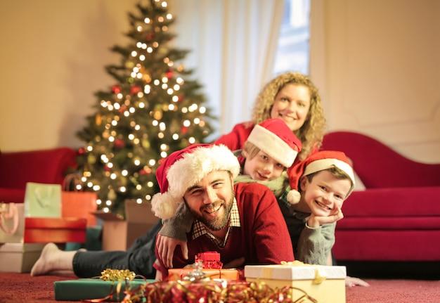 Familia encantadora celebrando la navidad