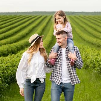 Familia encantadora en la granja