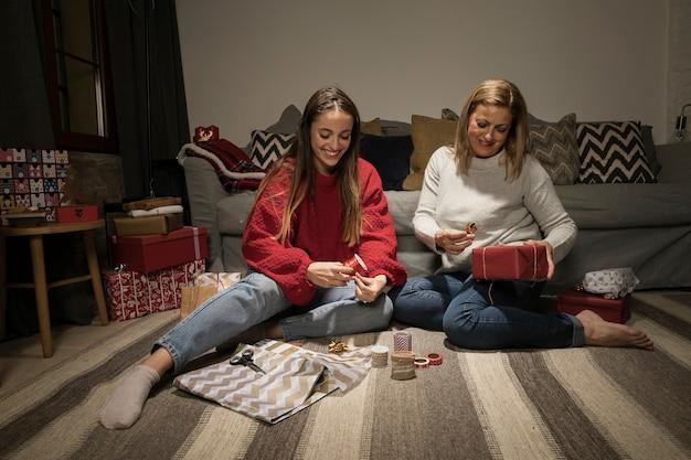 Familia envolviendo regalos para navidad