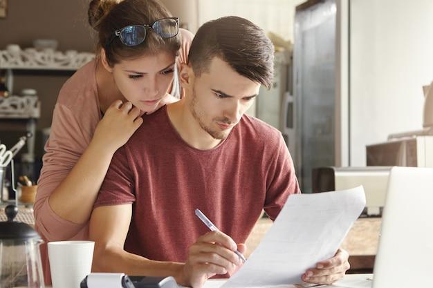 Familia europea gestionando las finanzas domésticas en casa