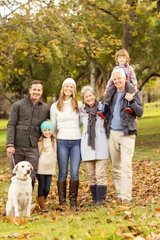 Familia extendida posando con ropa de abrigo