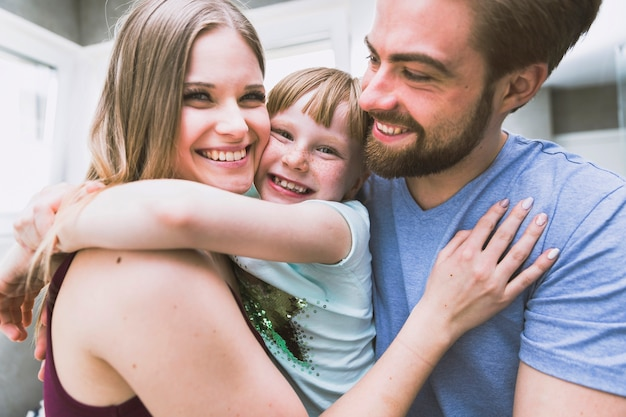 Familia feliz abrazando en el baño