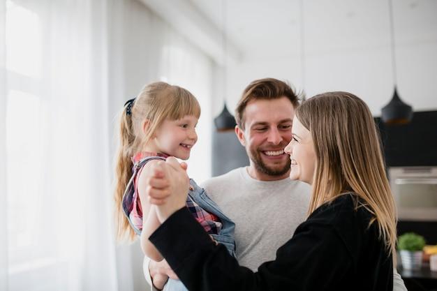 Familia feliz abrazándose unos a otros