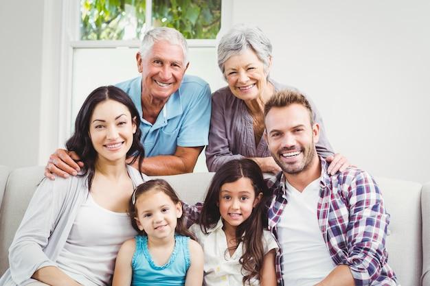 Familia feliz con abuelos