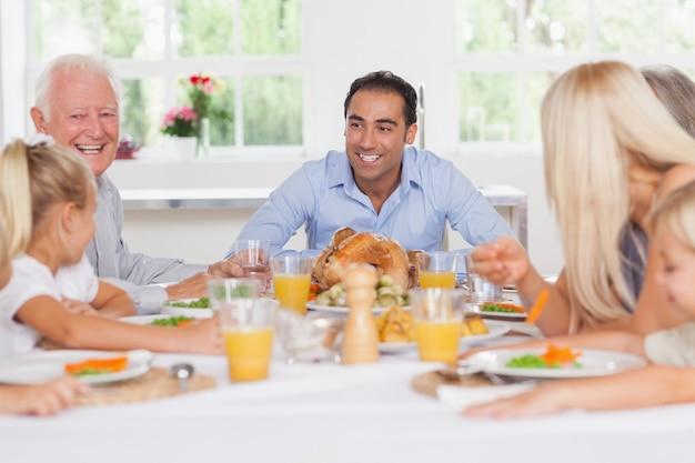 Familia feliz en acción de gracias