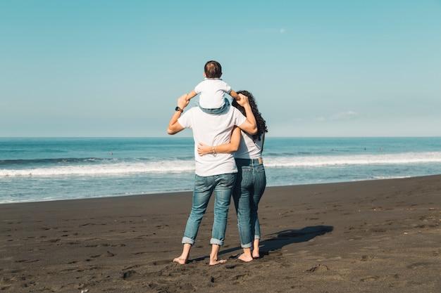 Familia feliz admirando la vista al mar