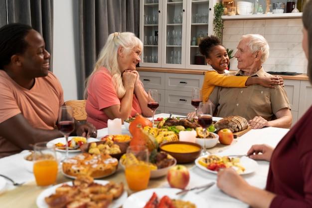 Familia feliz con una agradable cena de acción de gracias juntos
