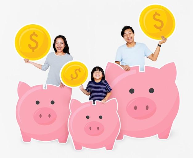 Familia feliz con ahorros en alcancías.