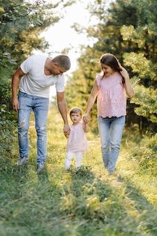 Familia feliz al aire libre, pasar tiempo juntos