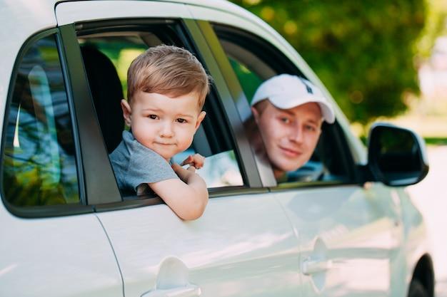 Familia feliz en el auto nuevo. automóvil.