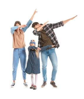 Familia feliz bailando en blanco