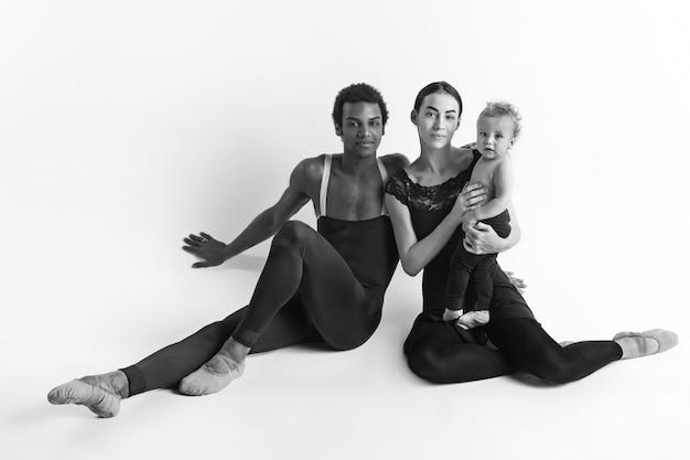 Una familia feliz de bailarines de ballet.