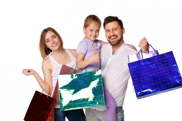 Familia feliz con bolsas de compras