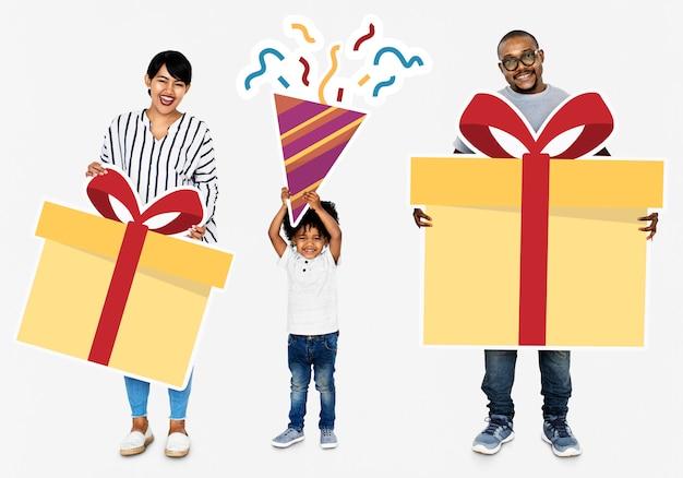 Familia feliz con cajas de regalo