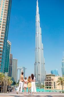 Familia feliz caminando en dubai con rascacielos