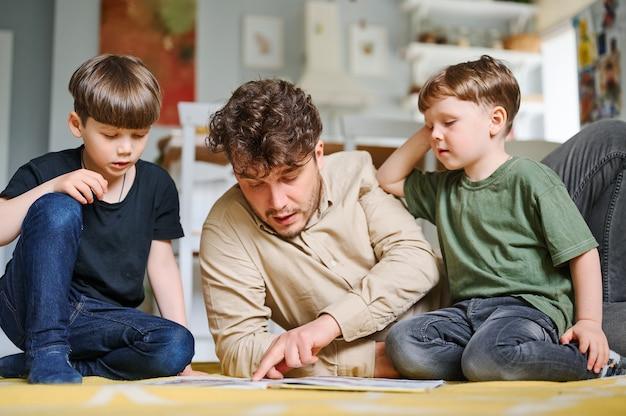 Familia feliz en casa leyendo cuento