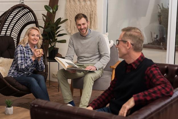 Familia feliz en casa sonriendo