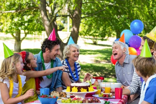 Familia feliz celebrando un cumpleaños