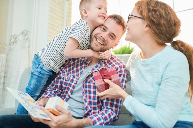 Familia feliz celebrando el día del padre