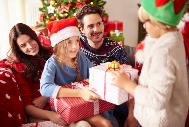 Familia feliz celebrando la navidad juntos