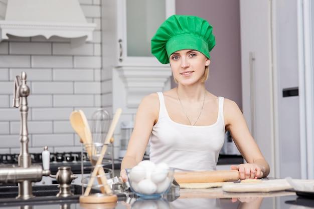 Familia feliz en la cocina. madre e hijos preparando la masa, hornear galletas