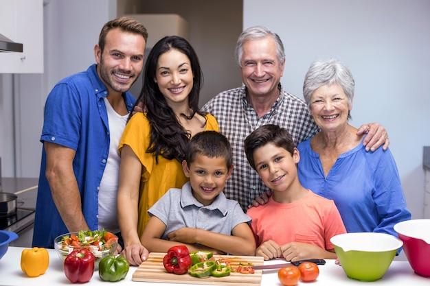 Familia feliz en la cocina