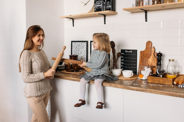 Familia feliz en la cocina.