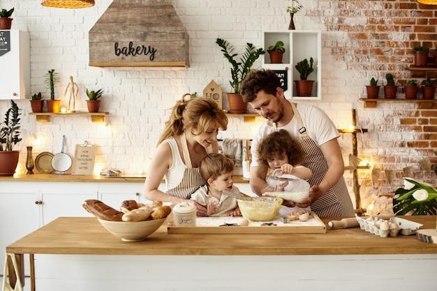 Familia feliz cocinando en la cocina