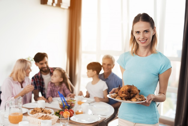 Familia feliz comer comida deliciosa. mujer sonriente.