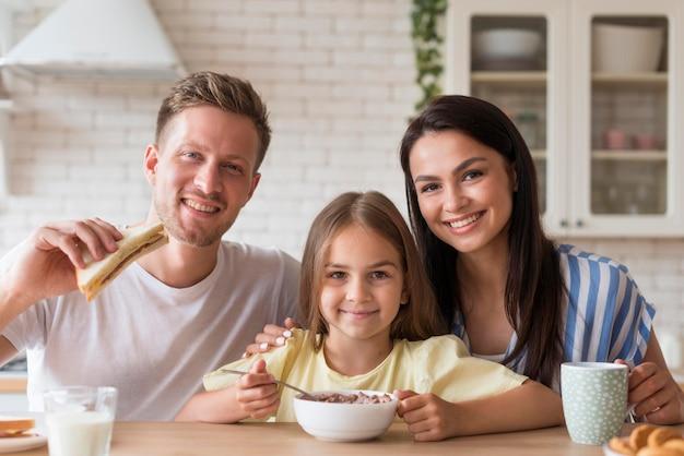 Familia feliz comiendo juntos