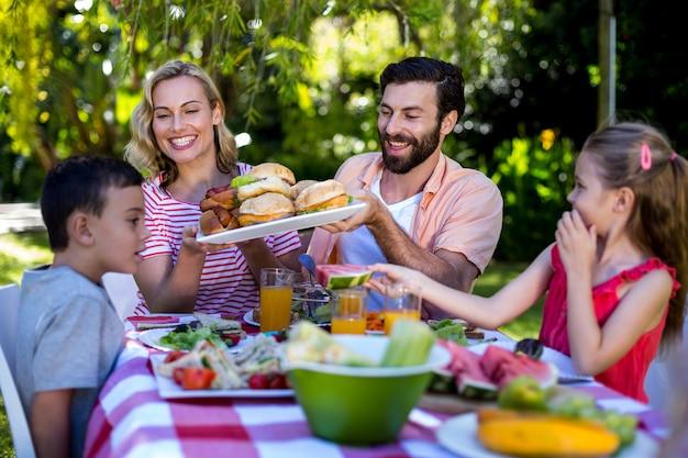 Familia feliz comiendo en el patio