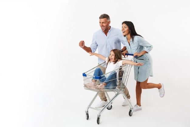 Familia feliz corriendo mientras compran juntos