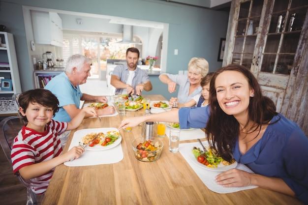Familia feliz desayunando en casa