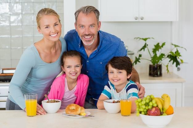 Familia feliz desayunando en la cocina
