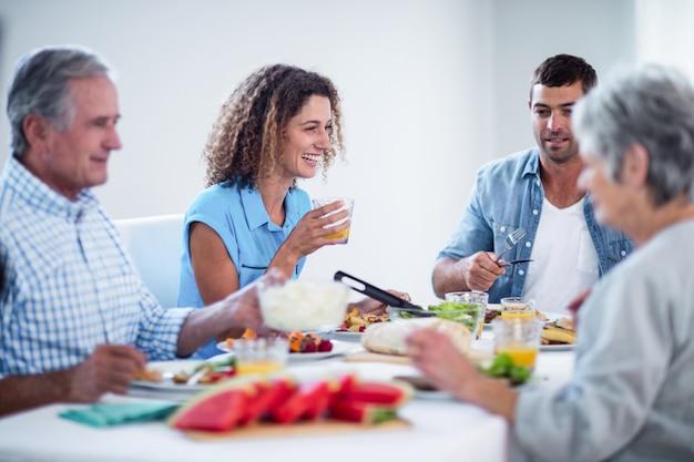 Familia feliz desayunando juntos