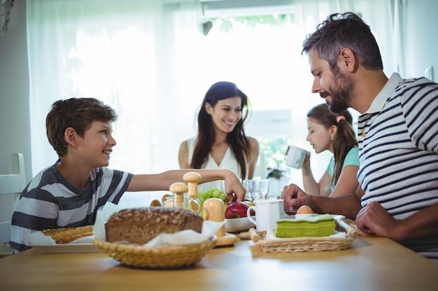 Familia feliz desayunando