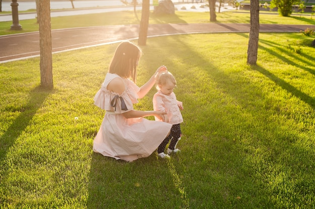 Familia feliz descansando juntos. mamá y su hijo disfrutando de la naturaleza juntos en un parque verde