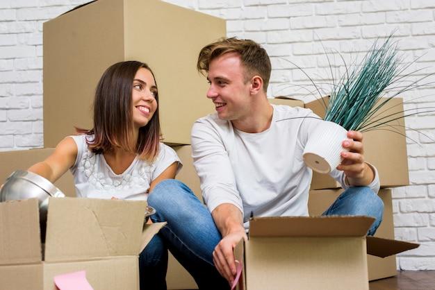 Familia feliz desempacando cajas