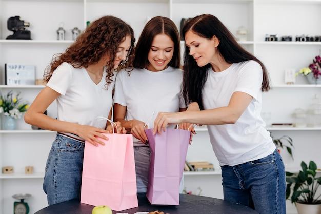 Familia feliz desensambla paquetes después de comprar