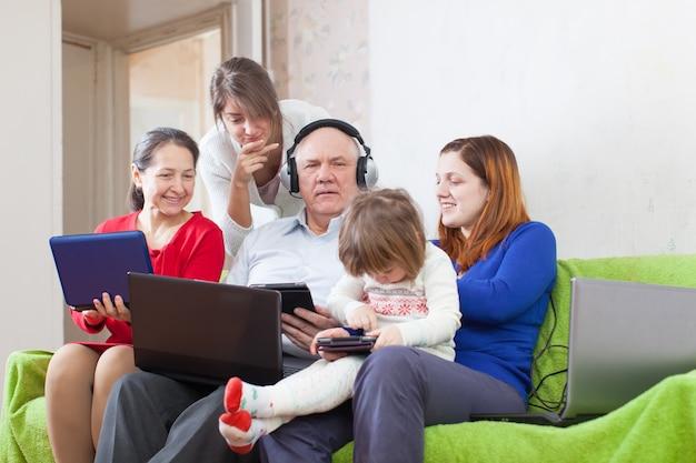 Familia feliz disfruta con pocos portátiles varios