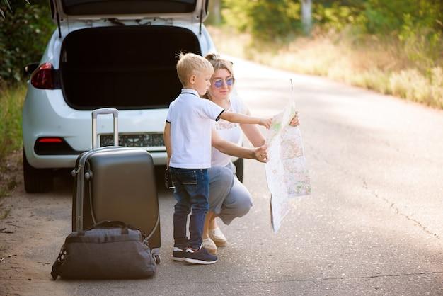 Familia feliz disfruta de viaje en coche y vacaciones de verano.