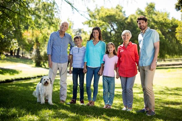 Familia feliz disfrutando en el parque