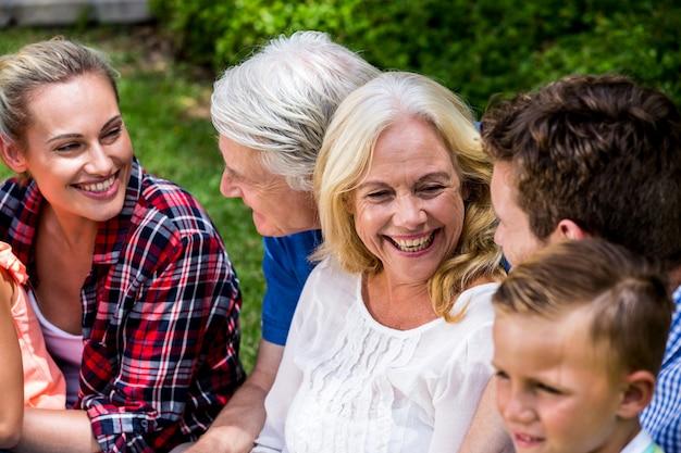 Familia feliz disfrutando durante el picnic