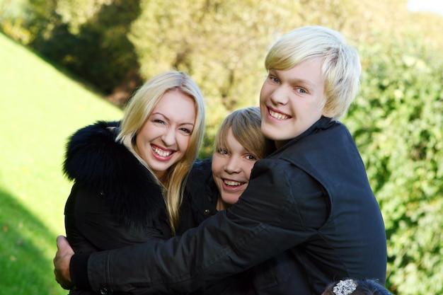 Familia feliz divertirse en el parque