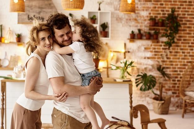 Familia feliz divirtiéndose en la cocina