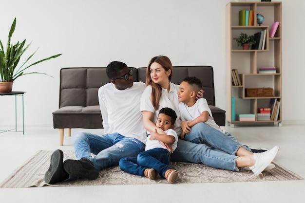 Familia feliz divirtiéndose juntos en casa